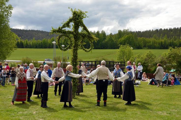 midsummer_maypole_folk_dancing